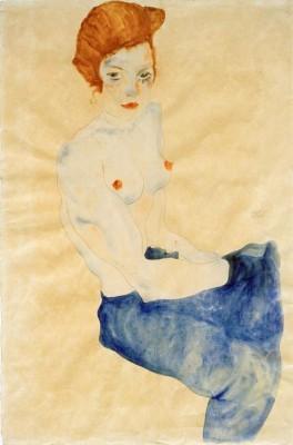 Sitzendes Mädchen, der Oberkörper nackt, hellblauer Rock - Egon Schiele